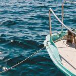 Qué información contiene la matrícula de un barco. Bote en el mar