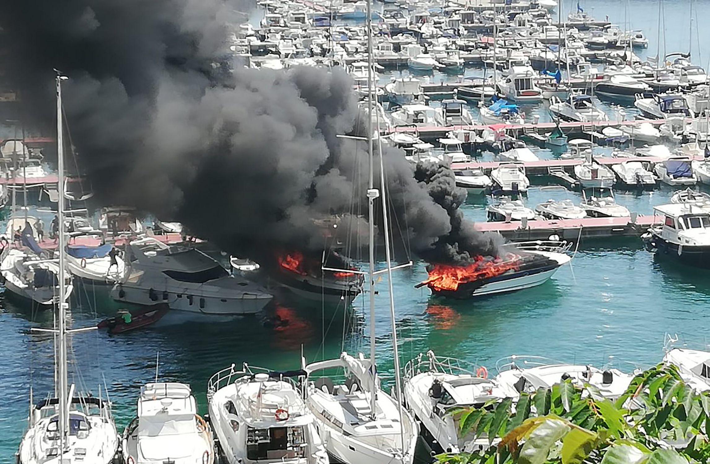 Accidentes leves de embarcaciones. Incendio de dos embarcaciones en Palamós - Diario el caso.elnacional.cat