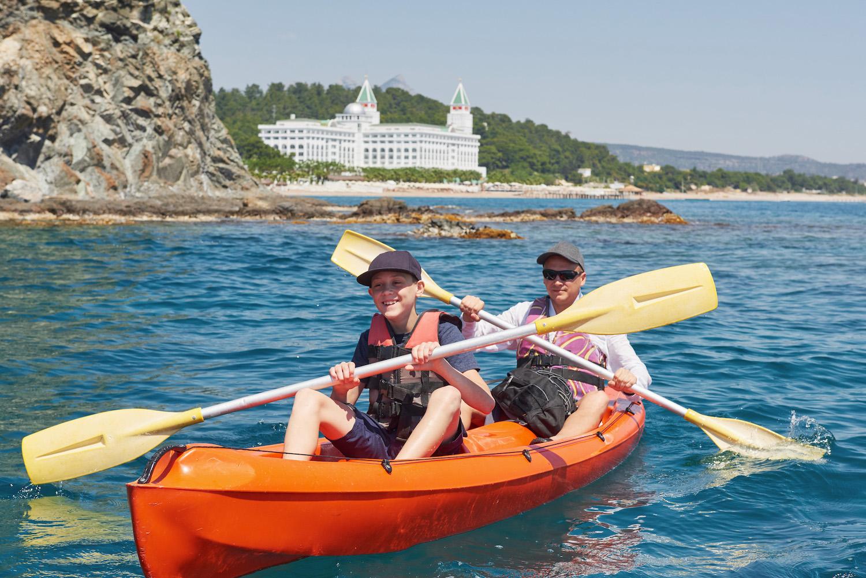 ¿Qué precauciones debemos tener en cuenta en las actividades acuáticas infantiles?